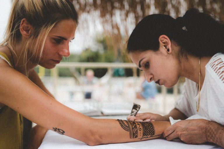 Henna Kunst auf dem Travel festival
